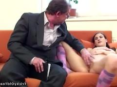 Зрелый учитель ебет у себя на дому пришедшую в гости молодую студентку
