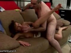 Молодая цыпочка раздвинула ноги перед мужчиной на диване