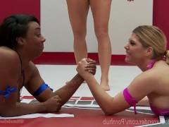 Двум спортивным лесбиянкам предстоит заняться вместе борьбой, во время которой они останутся голыми и перейдут к страстным сексуальным отношениям!