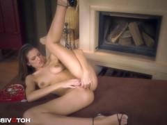 К сожалению, порно модели опять придется доводить себя самостоятельно пальцами до оргазма, но она постарается справиться с такой сложной сексуальной обязанностью!