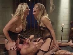Две злобные блондинки не намерены отдавать парню инициативу в сексе, а намерены по-своему воспользоваться его хером. Поэтому они связывают жестко чувака и начинают свои садомазо забавы!