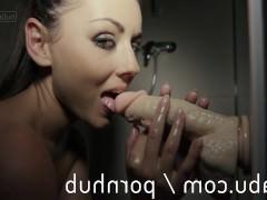 Чтобы получить реально крутой оргазм, шлюшка берет с собой в ванну вибратор. Только так она сможет насладиться диким интимным удовольствием и глубоко потрахает себя им!