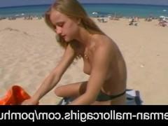 Отошла в сторонку на пляже и тихонько дрочит влагалище