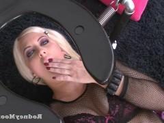 Раскованная порно звезда просто потрясла мужика своими эротическими знаниями, предлагая ему сексуальные эксперименты. И он вынужден был как-то подстроиться под нее!