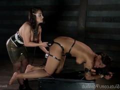Жестокие сексуальные измывательства зрелой порно звезды над рабыней