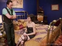 Сексуальная рабыня в очках радует своего господина дрочкой пизды вибратором