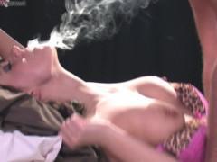 Зрелая баба курит во время секса с мужиком и дает себя оттрахать