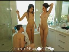 Две молодые сучки трахаются с заманенным ими парнем в ванной и спальне