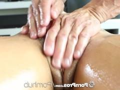 Сексапильная молодая порно модель развратничает во время эротического массажа