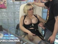 Офисная зрелая дама с классной грудью ебется похотливо с мужиком на столе