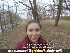 Молодая русская девка ебется с пикапером в грязном подъезде