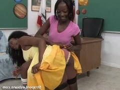 Темнокожая учительница ебет непослушную студентку страпоном прямо в аудитории