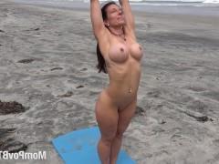 Выбравшись на пляж в пасмурный день, баба раздевается догола и начинает заниматься зарядкой. И ей все равно, что кто-то может увидеть ее прелести – пусть смотрит и завидует!