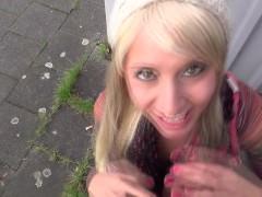Хуй пикапера получает публичный минет от игривой молодой немки