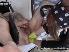 Злобная зрелая немка всовывает кулаки в жопу своего сексуального раба