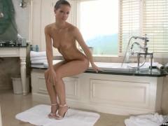 Шикарная молодая порно модель развратно принимает пенную ванну