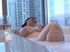 Зрелая итальянка с большими дойками трахает себя в ванной и сосет хуй мужа