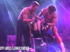 Сексуальное шоу с еблей зрелой женщины на публичной сцене