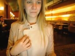 Молодая смелая блондинка публично ебет себя в баре вибратором