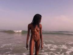 Темнокожая молодая красотка обожает плавать голой в бассейне и ласкать пизду