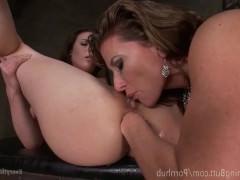 Две зрелые лесбиянки грубо трахают жопы друг друга в садомазо стиле