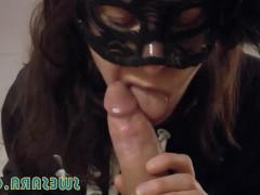 Хуй любовника получает фантастический отсос от зрелой бабы в маске