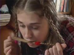 Молодая русская девка бесстыже задрала юбку перед соседом и получила трах на диване