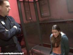 Полицейский щедро предложил молодой шлюшки потрахаться с ним вместо ареста