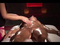 Молодая блондинка испытывает многочисленные оргазмы во время массажа