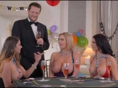 Три зрелые грудастые порно звезды проиграли в карты и участвуют в групповом сексе