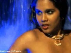 Красивая зрелая индианка голой позирует на камеру