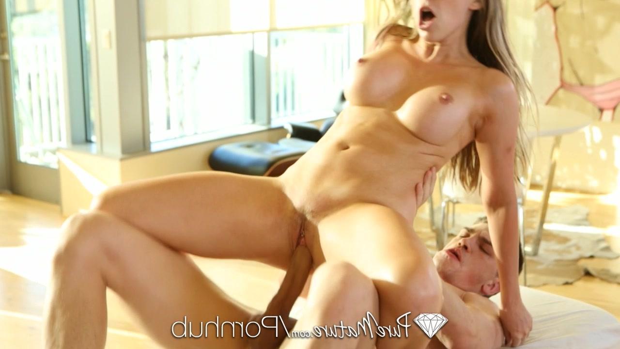 Девушка занимается сексос с сама с фалоэмитатором