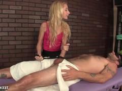 Гиг Порно рвет членом Молодая массажистка дрочит большой хуй клиента своими руками