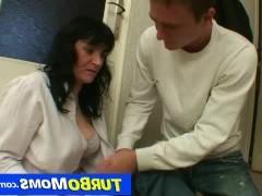 Зрелая чешская домохозяйка ебется с любовником на полу в коридоре
