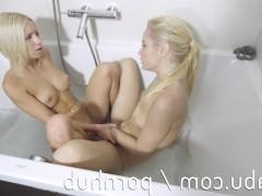 Две шаловливые молодые блондинки трахаются в ванной двухсторонним дилдо