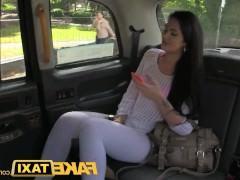Молодая пассажирка такси занимается анальным трахом прямо на капоте авто