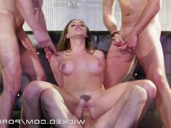 Развратная молодая порно модель лихо ебется сразу с тремя кавалерами