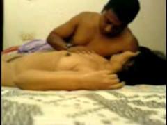 Зрелая индианка пришла в гости к любовнику и ебется с ним на скрытую камеру
