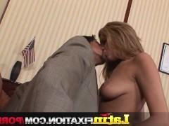Зрелая латинская порно звезда устраивает дикий разврат в кабинете своего начальника