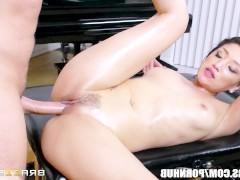 Зрелая порно звезда лихо оседлала хуй массажиста прямо во время сеанса