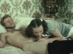 Молодая девка позволила увлечь себя в трах в ретро порно