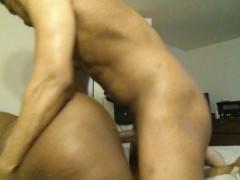 Толстая зрелая негритянка оседлала хуй парня и трахается бесстыже перед камерой