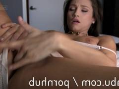 Возбужденная зрелая порно звезда оттянула трусики в сторону и трахает себя пальцами