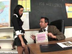 Распутная молодая студентка лихо соблазняет препода на трах с ней