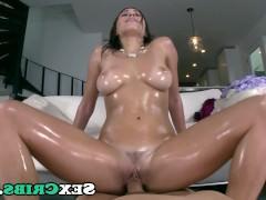 Молодая порно звезда умаслила свое тело и готова быстро насаживаться на хуй сверху