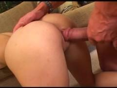 Молодая сучка использует разные позы в сексе с мускулистым мужиком