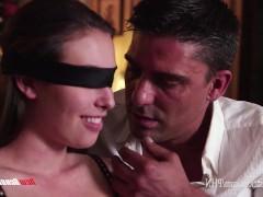 Зрелая супруга в нижнем белье согласилась попробовать секс с повязкой на глазах