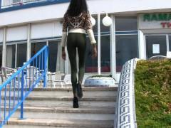 Красивая молодая негритянка обожает позировать перед камерой в голом виде