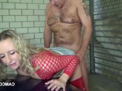 Зрелая немецкая баба сосет у мужика в гараже и жадно трахается с ним
