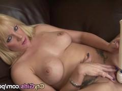 Гиг Порно  Влагалище молодой блондинки получает интенсивный оргазм от вибратора